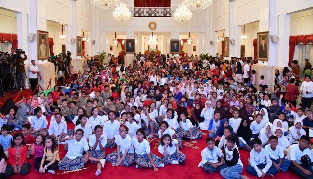 Presiden Ajak Anak-Anak Bermain dan Bernyanyi di Istana